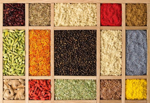 Drewniane pudełka z indyjskimi przyprawami i ziołami