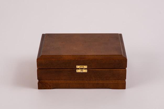 Drewniane pudełko na białym tle