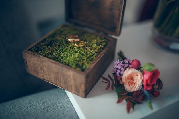 Drewniane pudełko na ślub boho i obrączki