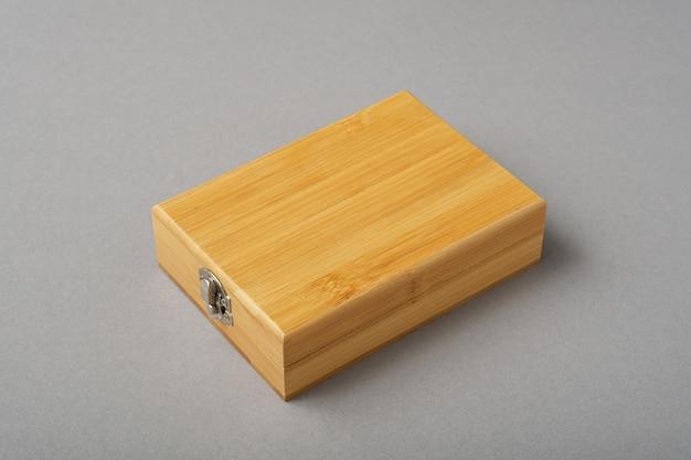 Drewniane pudełko na szarym tle