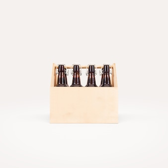 Drewniane pudełko piwa na białym tle.