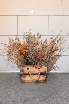 Drewniane pudełko rzemieślnicze domowej roboty z jutowym uchwytem do dekoracji suszonymi kwiatami