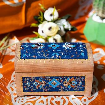Drewniane pudełko w niebieskie wzory