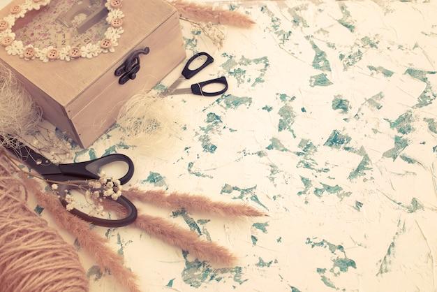 Drewniane pudełko w stylu vintage na teksturowanej tło.