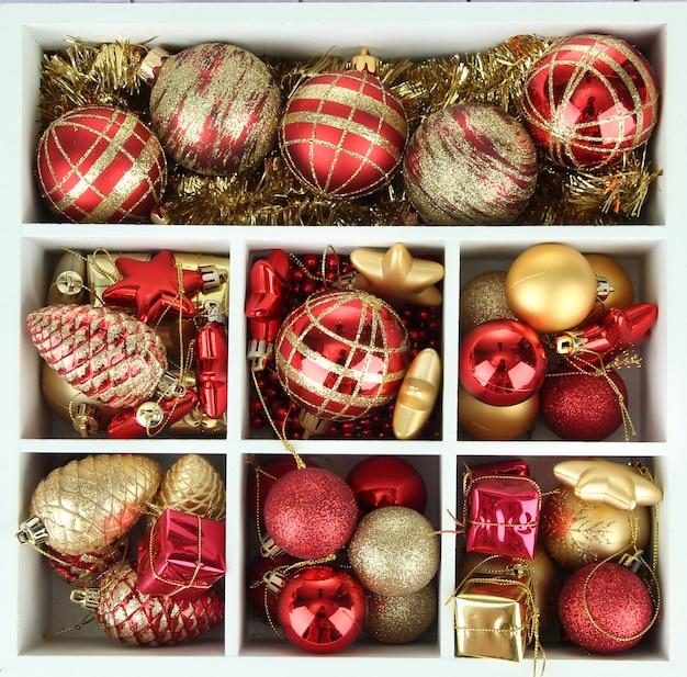 Drewniane pudełko wypełnione ozdobami świątecznymi