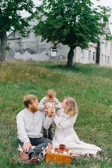 Drewniane pudełko z chlebem i mlekiem. koncepcja szczęśliwej rodziny i naturalnych materiałów. eko-styl: bawełna i len.
