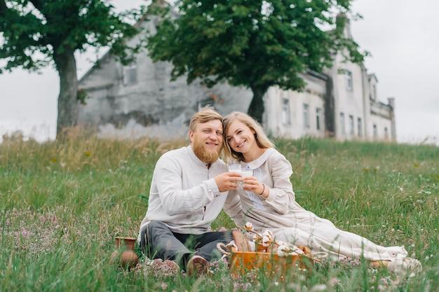 Drewniane pudełko z chlebem i mlekiem, mężczyzna i kobieta razem w naturze. koncepcja szczęśliwej rodziny i naturalnych materiałów.