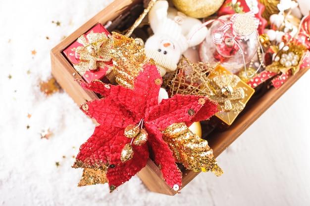 Drewniane pudełko z dekoracją świąteczną, przygotowanie do świąt