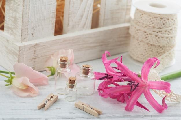 Drewniane pudełko z lilly i kwiatami
