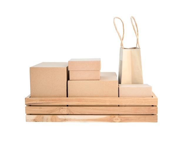 Drewniane pudełko z różnymi rodzajami pudeł kartonowych izolowany na białym tle.