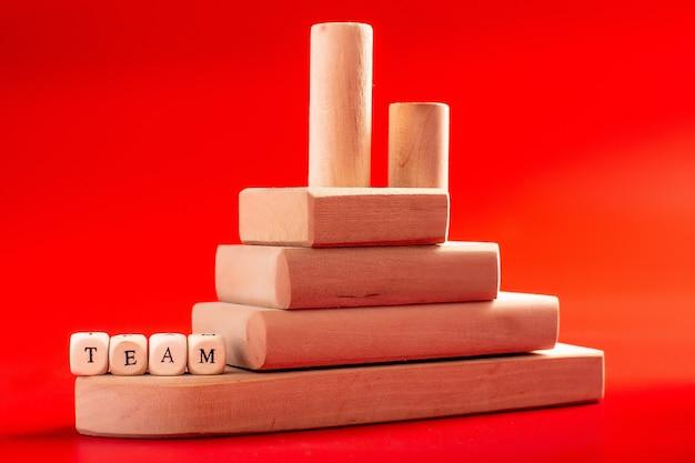 Drewniane puzzle, koncepcja pracy zespołowej. osiągnięcie snu