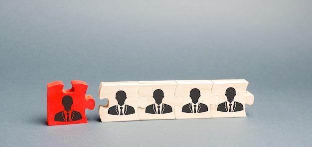 Drewniane puzzle z wizerunkiem pracowników.