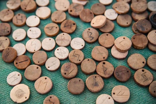 Drewniane runy na zielonym suknem