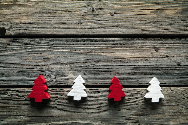 Drewniane rzeźbione choinki na drewnianym tle. pomysł na majsterkowanie lub hobby.