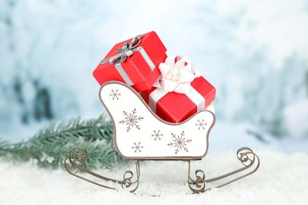Drewniane sanki zabawkowe z prezentami świątecznymi