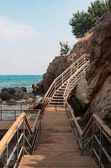 Drewniane schody na górze w morzu