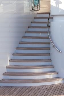 Drewniane schody na taras słoneczny luksusowego jachtu w słoneczny dzień
