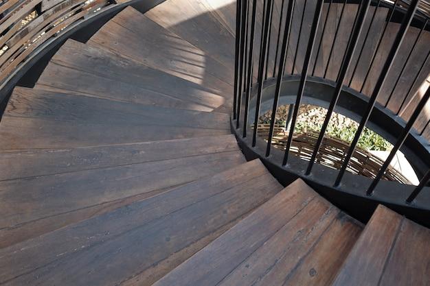 Drewniane schody, schody w dół
