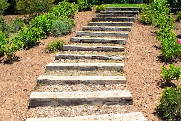 Drewniane schody w ogrodzie. lato.