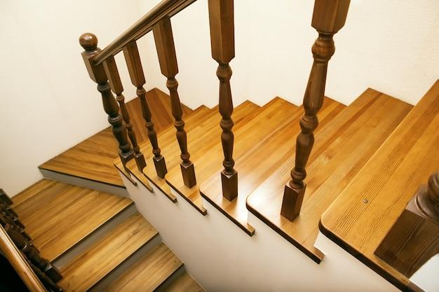 Drewniane schody wnętrze podmiejskiego domu