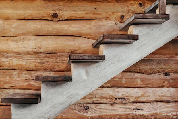 Drewniane schody z drewnianym logiem w domu