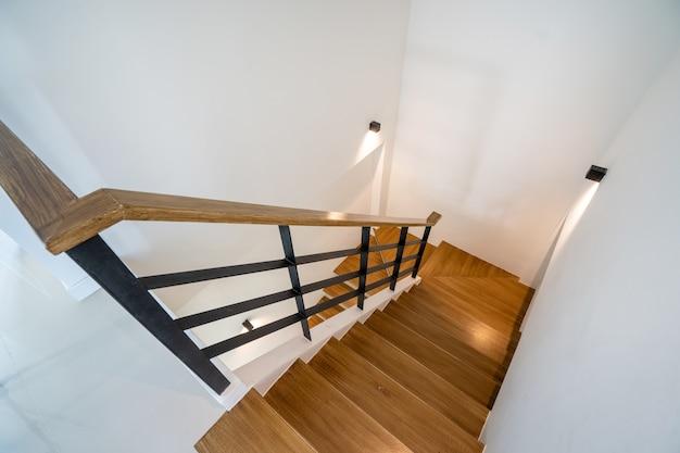 Drewniane schody z oświetleniem w nowoczesnym domu, willi i penthouse