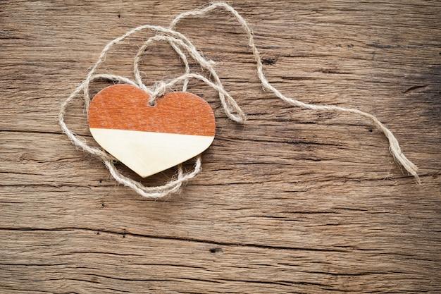Drewniane serca z liny na stare drewniane