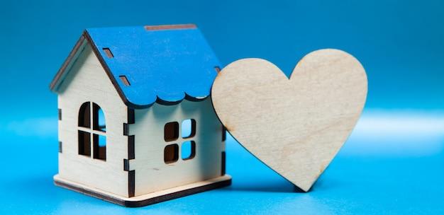 Drewniane serce i dom na niebiesko