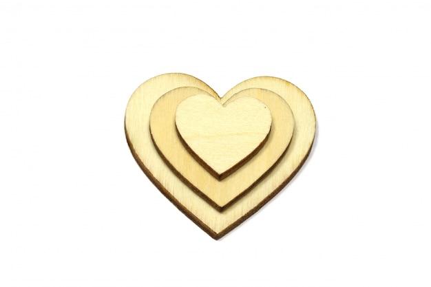 Drewniane serce kształt na białym tle