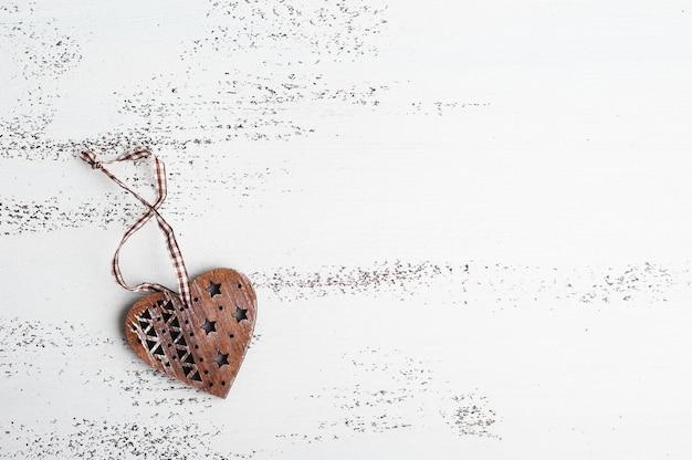 Drewniane serce na białym tle shabby