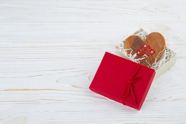 Drewniane serce w otwartym pudełku