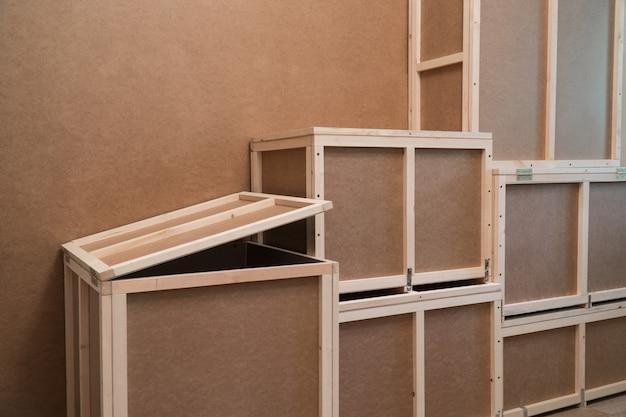 Drewniane skrzynie ze sklejki do transportu i przechowywania. skrzynia do użytku domowego