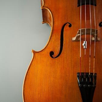 Drewniane skrzypce ze strunami z bliska