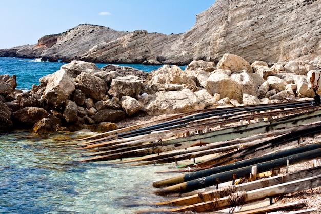 Drewniane słupy na morzu