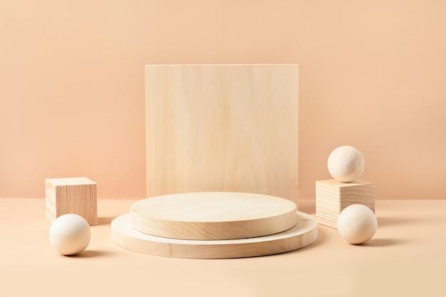 Drewniane stojaki na produkt. szablon, makieta do prezentacji produktów ekologicznych. monochromatyczna kompozycja na beżowym tle.