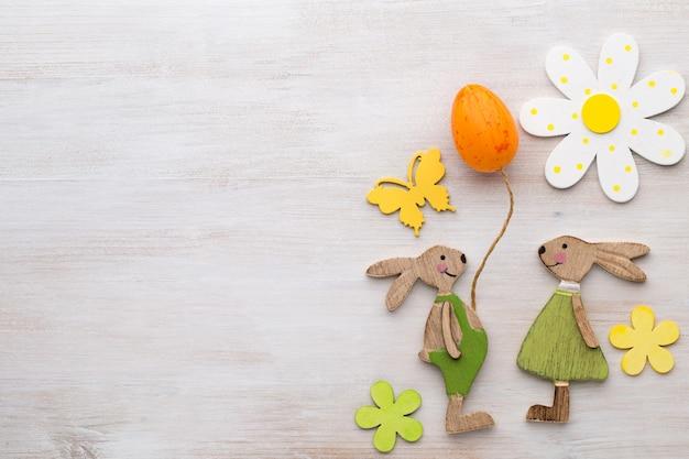 Drewniane symbole króliczka, kwiatów i motyli.