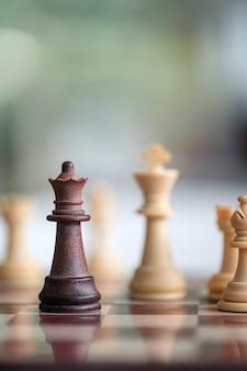 Drewniane szachy na gra planszowa na tle.