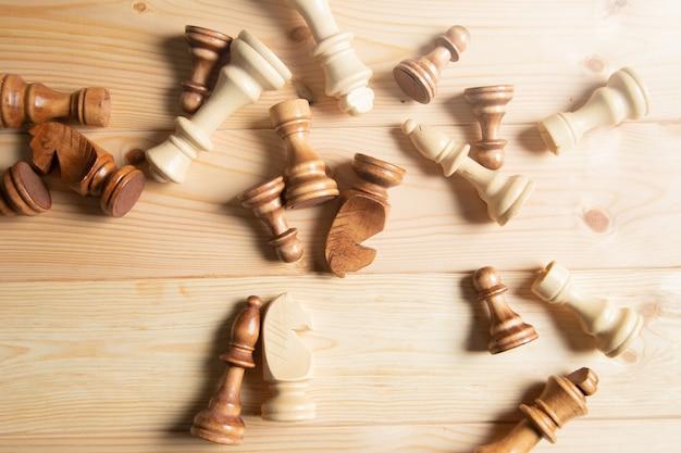 Drewniane szachy na powierzchni drewnianych