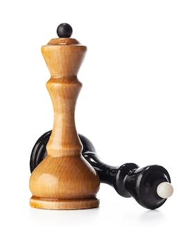 Drewniane szachy z bliska na białym tle