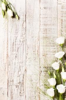 Drewniane tła z bukietem białych kwiatów