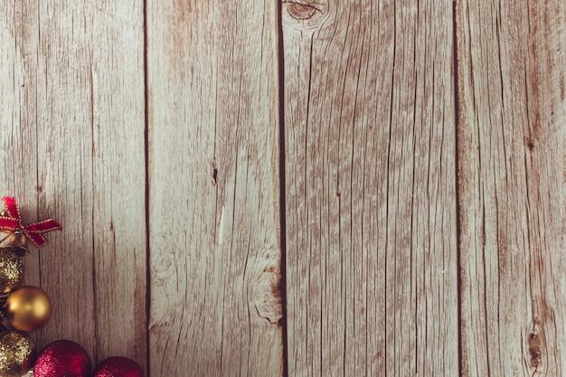 Drewniane tło z dekoracją świąteczną. skopiuj miejsce. selektywne skupienie.