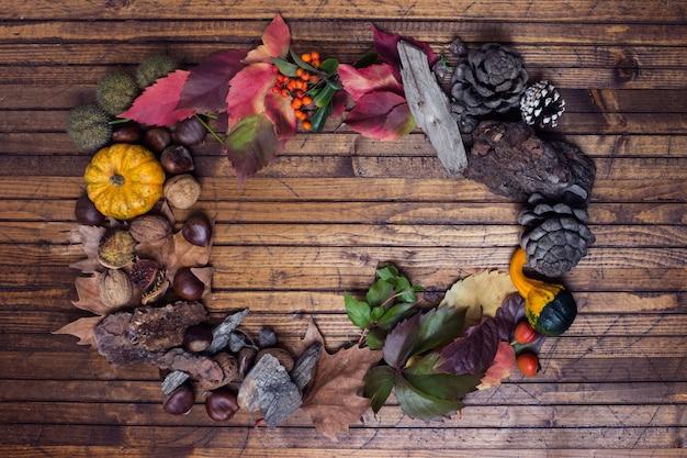 Drewniane tło z jesienną girlandą pośrodku