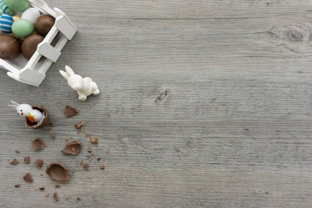 Drewniane tło z królików i czekolady na wielkanoc dnia