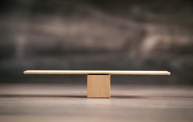 Drewniane wagi wagi na drewnianym tle.
