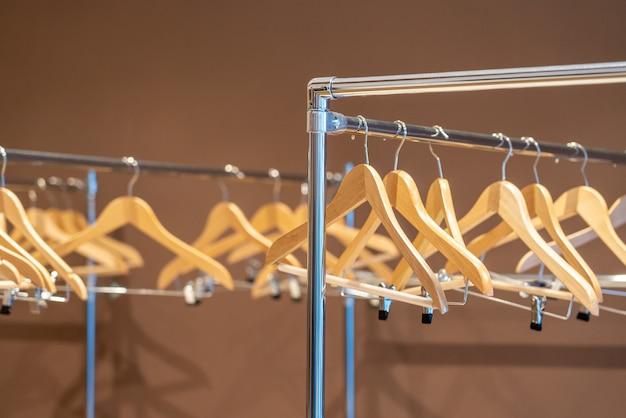 Drewniane wieszaki na wieszak na ubrania bez ubrań w szatni