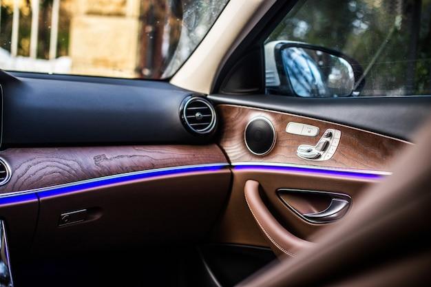 Drewniane wnętrze luksusowego samochodu.