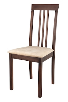 Drewniane wygodne krzesło na białym tle. ścieżka przycinająca.