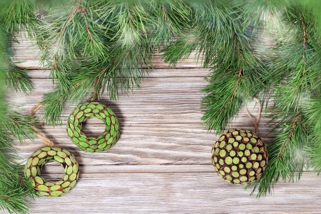 Drewniane zabawki wręczając gałęzie choinki