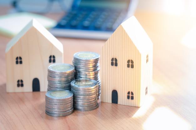 Drewniane zabawki z pieniędzmi. inwestuj w nieruchomości