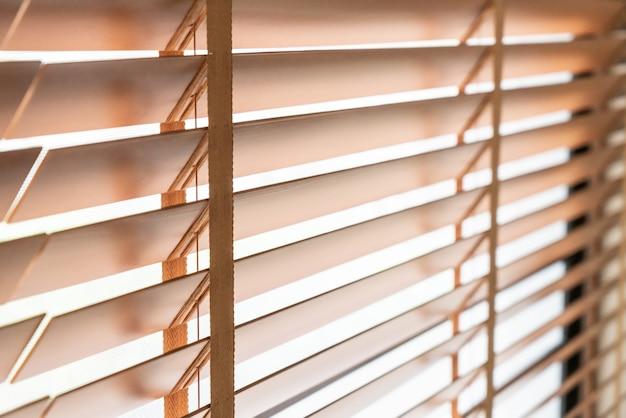 Drewniane żaluzje na oknie w salonie